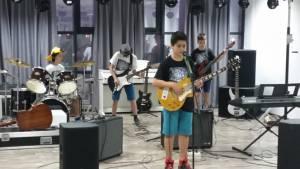 Copil la un curs de chitara la Band Music School