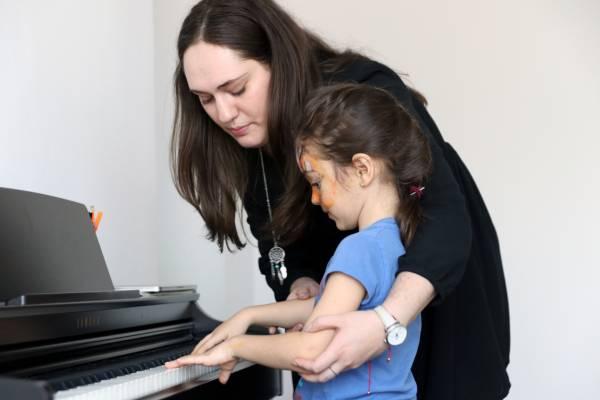Lectie de pian sub indrumarea unui profesor Band Music School